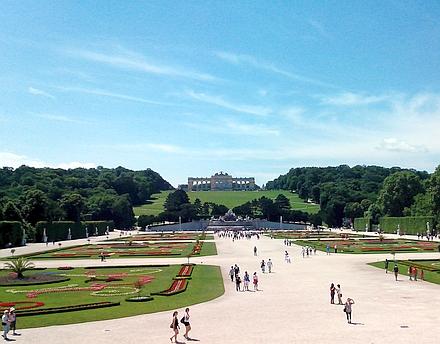 シェーンブルン宮殿の庭園とグロリエッテの丘